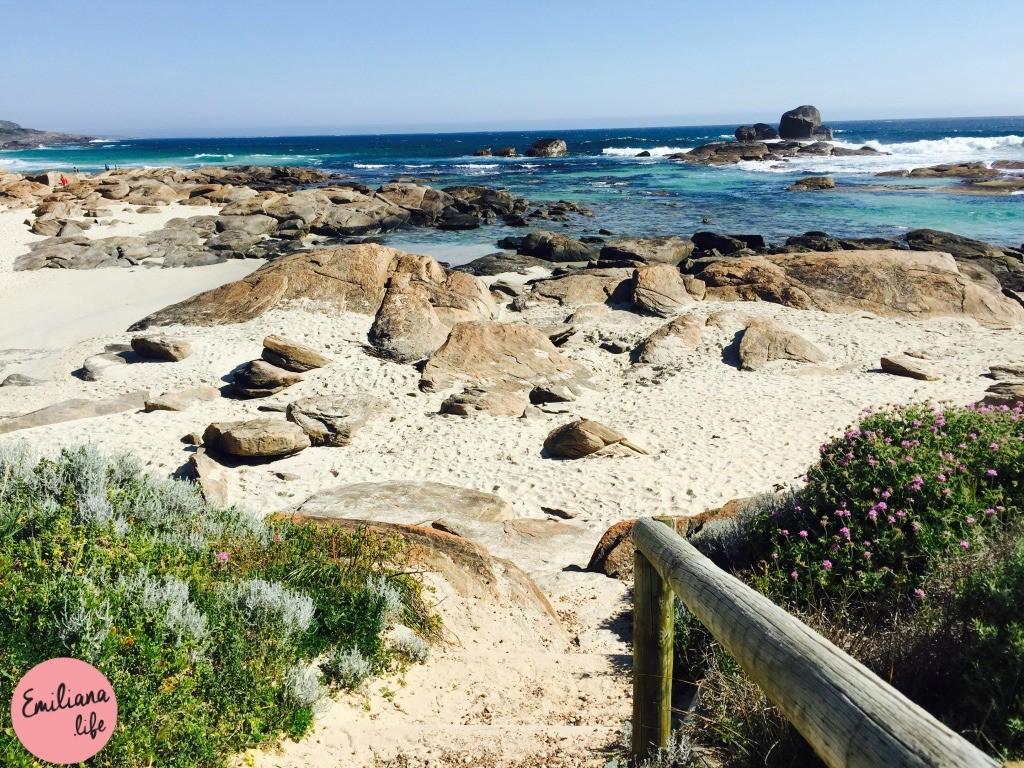 213 red gate beach areia pedras